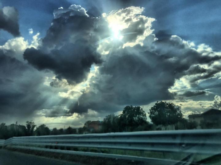 Sulla destra della strada qualcuno si diverte a costruiretempeste.