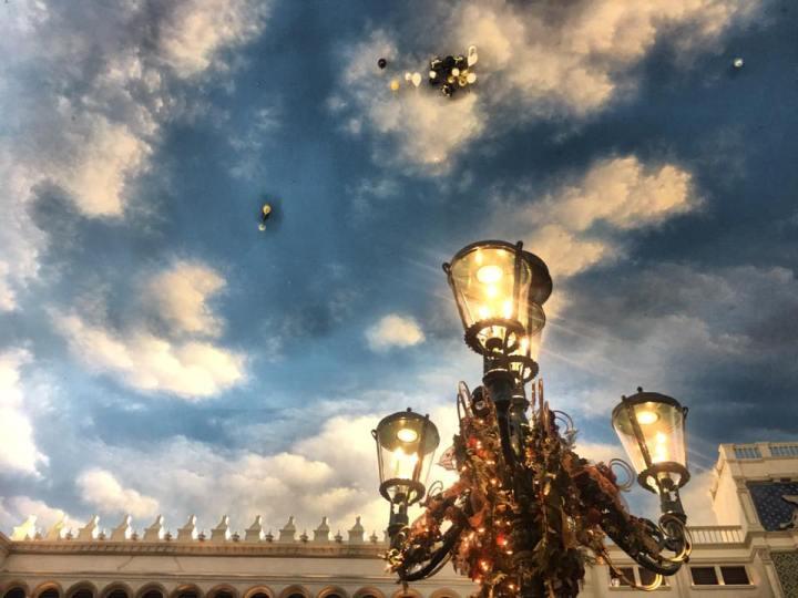 Se il cielo è finto ai palloncini non è permessovolare.
